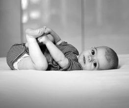 Junge Mütter werden fit mit Postnatal Yoga nach der Geburt